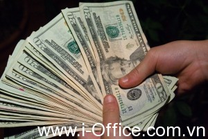 money_hand_holding_bankroll_girls_february_08_20117