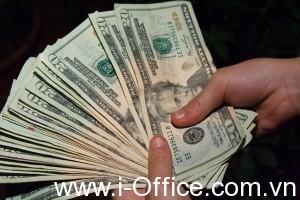 money_hand_holding_bankroll_girls_february_08_20117